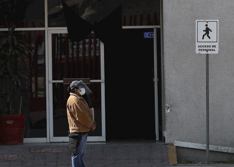 Una mujer espera el cuerpo de un paciente fallecido por la COVID-19, en un hospital de Ciudad de México. Foto: José Méndez/EFE.