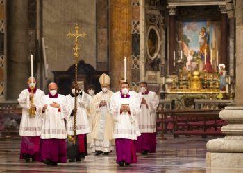 El cardenal Pietro Parolin (centro), llega en procesión para oficiar la misa de Año Nuevo en la Basílica de San Pedro, en el Vaticano, el 1 de enero de 2021.  Foto: Alessandra Tarantino/AP/ pool.