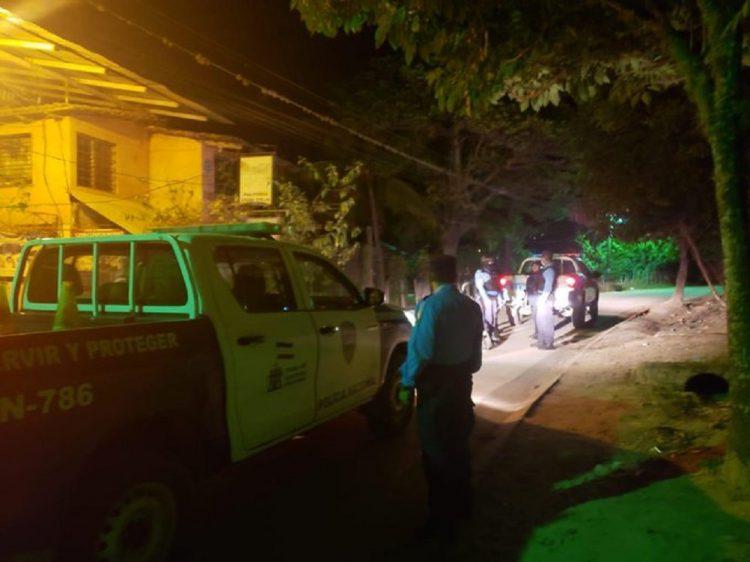 Policía de Honduras en servicio nocturno. Foto: twitter.com/PoliciaHonduras