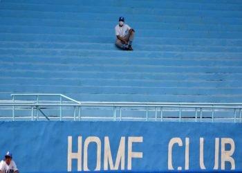 Por primera vez en la historia la postemporada del béisbol cubano se jugará exclusivamente en duelos matutinos y diurnos, y sin público en las gradas. Foto: Ricardo López Hevia.