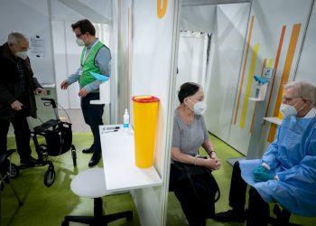 """La Organización Mundial de la Salud (OMS) debatirá próximamente la cuestión del eventual uso de certificados o """"pasaportes de vacunación"""" en viajes internacionales. Foto: KAY NIETFELD/EFE/EPA."""