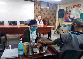 Estudio de la vacuna Soberana 02 contra la COVID-19 en en el policlínico 19 de Abril, en La Habana. Foto: Asamblea Municipal del Poder Popular Plaza de la Revolución / Facebook.