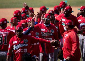 Jugadores de Panamá, equipo dirigido por el cubano Alfonso Urquiola, festejan su triunfo ante Venezuela durante el primer juego de la Serie del Caribe 2021, que se lleva a acabo en la ciudad de Mazatlán, en el estado de Sinaloa (México). EFE/ Carlos Ramírez.