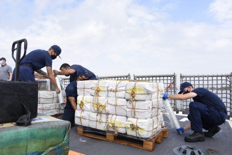 Miembros del Servicio de Guardacostas empacan narcóticos en Puerto Everglades, al norte de Miami. Foto: USCG