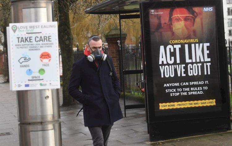 Avisos sobre el coronavirus del gobierno en Ealing, al oeste de Londres, Reino Unido, el 2 de febrero de 2021. Foto: Neil Hall / EFE.