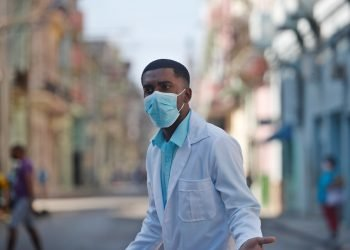 Un trabajador de la salud usa una mascarilla para protegerse de la COVID-19, durante el rebrote de la enfermedad en La Habana. Foto: Yander Zamora / EFE / Archivo.