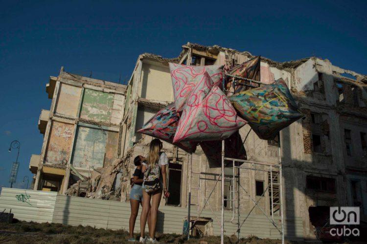 Instalación del artista Jon Legere en la Bienal de La Habana (2019). Foto: Otmaro Rodríguez (Archivo).