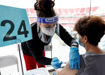 Vacunación contra la COVID-19 en Estados Unidos. Foto: John G. Mabanglo / EFE.