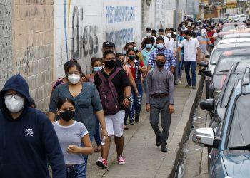 Los votantes hacen fila afuera de una mesa de sufragios durante las elecciones presidenciales y legislativas en Guayaquil, Ecuador, el domingo 7 de febrero de 2021. Foto: Angel Dejesus/AP.