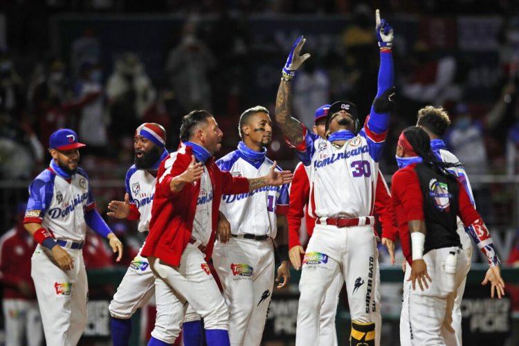 El jugador dominicano Johan Camargo alza los brazos para celebrar su jonrón solitario, en el quinto inning de su juego contra Puerto Rico, en la final de la Serie del Caribe en el estadio Teodoro Mariscal de Mazatlán, México, el sábado 6 de febrero de 2021. (AP Foto/Moisés Castillo)
