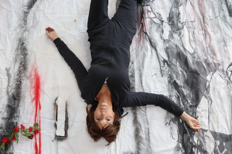 """Aimée Joaristi en su estudio con su obra """"La Ofrenda"""". Foto: cortesía de la entrevistada."""
