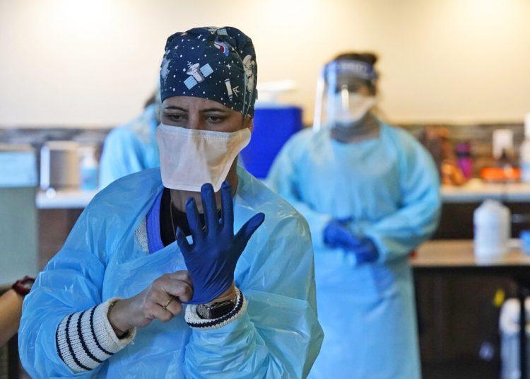 Personal médico se prepara para inocular a residentes y empleados con la vacuna del coronavirus en un hogar de ancianos de Pompano Beach, Florida. Foto: Wilfredo Lee/AP.