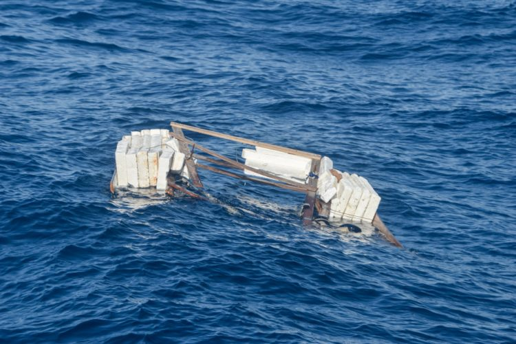 Balsa de madera y poliestireno expansible en la que supuestamente viajaban 10 migrantes cubanos, encontrada a aproximadamente ocho millas de Long Key, Florida. Foto: @USCGSouthest/Twitter.
