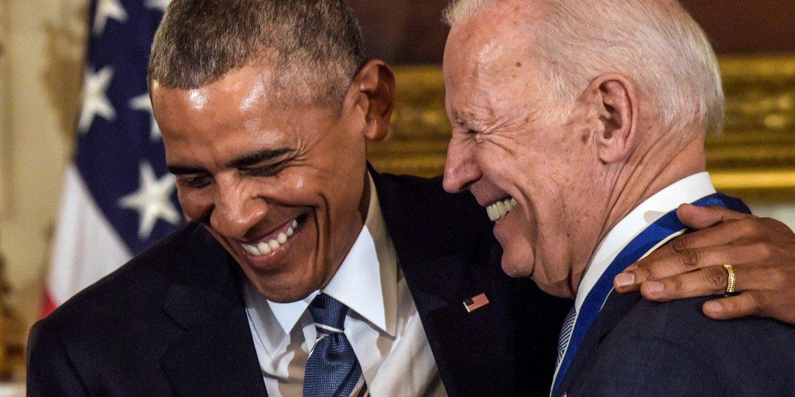 Barack Obama condecora a Joe Biden, el 12 de enero del 2017. Foto: Susan Walsh / AP / Archivo.