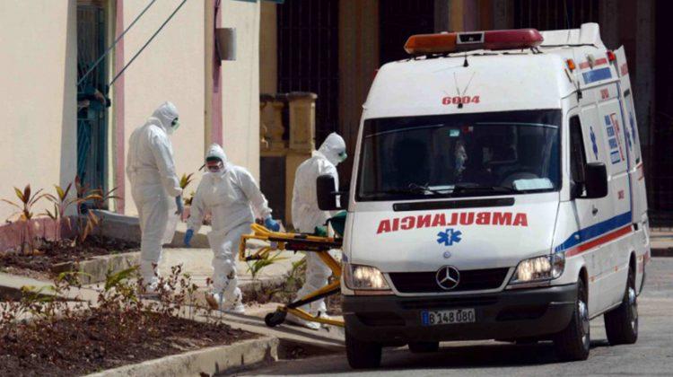 Personal paramédico encargado del traslado de enfermos de COVID-19 en Camagüey, Cuba. Foto: ACN / Archivo.
