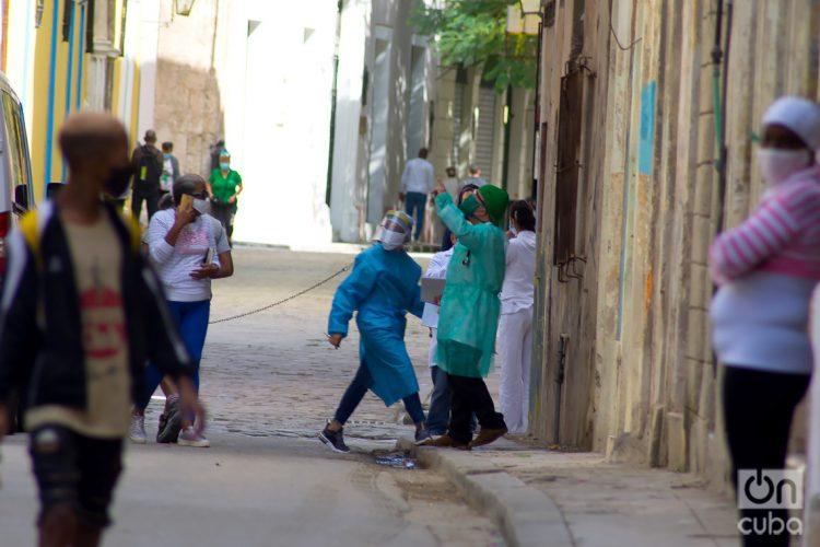 Personal sanitario en La Habana, durante el actual rebrote de la COVID-19, en febrero de 2021. Foto: Otmaro Rodríguez.