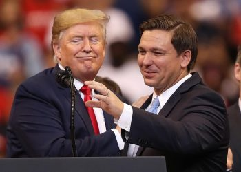 El gobernador DeSantis junto al presidente Trump en un acto de campaña. Foto: Joe Raedle / Getty Images / Archivo.