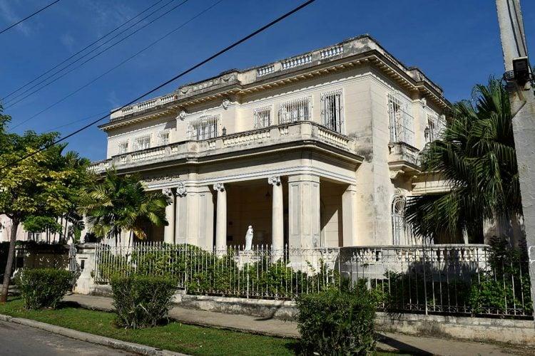 Casa en la barriada habanera del Vedado, donde vivió hasta su muerte la escritora cubana Dulce María Loynaz, hoy sede del Centro Cultural que lleva su nombre. Foto: Otmaro Rodríguez.