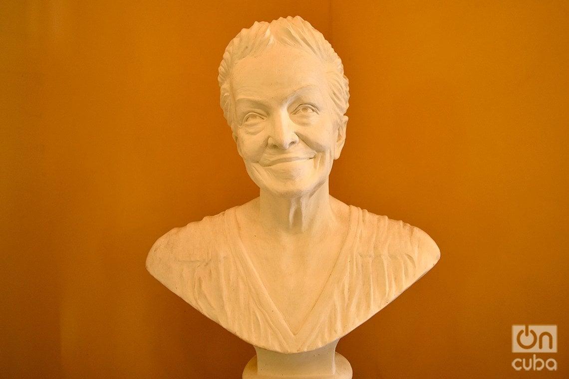 Busto de la escritora cubana Dulce María Loynaz, en el centro cultural que lleva su nombre situado en la casa en que la poetisa vivió hasta su muerte. Foto: Otmaro Rodríguez.