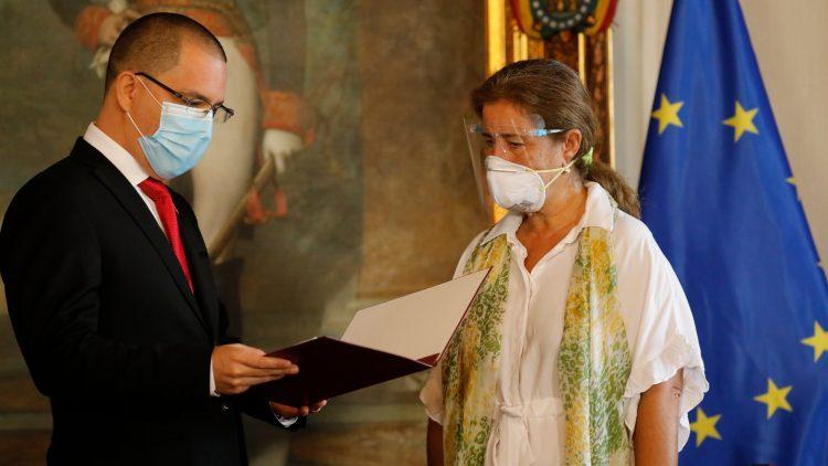 El ministro de Exteriores de Venezuela, Jorge Arreaza, entrega este miércoles a la embajadora de la Unión Europea, Isabel Brilhante Pedrosa, su carta de expulsión del país sudamericano. | Foto: Ariana Cubillos / AP