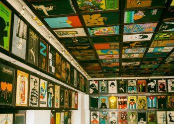 Muestra de afiches cubanos en el lobby del cine Chaplin. Foto: Online Tours.
