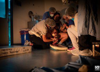Foto que forma parte de un reportaje de Kaloian Santos al Hospital de San Roque en Argentina, donde la doctora Melina Alzogaray aboga por el parto respetado, un acto humanizado donde la profesional acompaña a la embarazada y le explica todo el proceso, respeta sus voluntades, derechos y tiempos fisiológicos en todo el trabajo de parto, el parto mismo y el postparto.  En Argentina sucede un nacimiento por minuto y en el ochenta por ciento de esos casos la madre y/o su bebé son víctimas de alguna forma de violencia obstétrica.