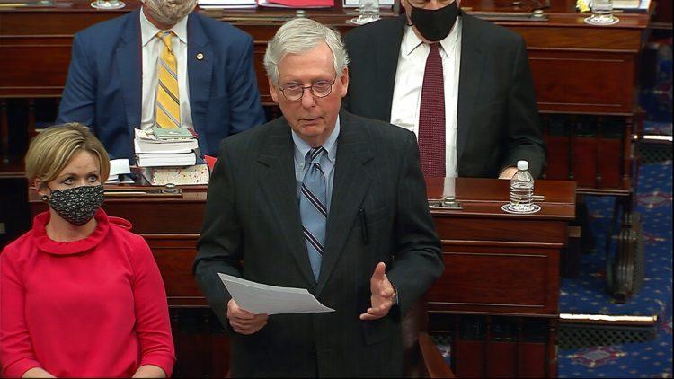 En esta imagen de video, el líder del bloque de senadores republicanos, Mitch McConnell. Foto: Senate Television vía AP.