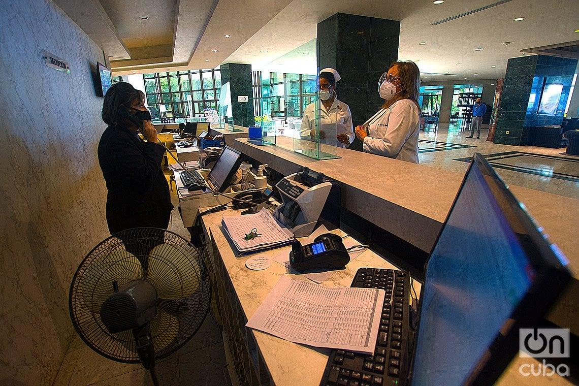 Personal médico y turístico en el Hotel Melià Habana, una de las instalaciones que ofrece paquetes turísticos para el aislamiento de viajeros internacionales en la capital cubana. Foto: Otmaro Rodríguez.