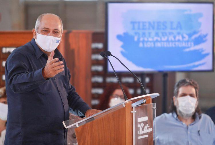El Ministro de Cultura cubano, Alpidio Alonso, habla durante una rueda de prensa en la Biblioteca Nacional, hoy en La Habana (Cuba). Foto: EFE/Yander Zamora.