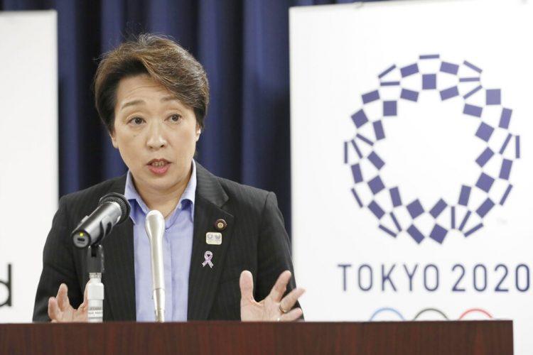 La ministra japonesa de Juegos Olímpicos, Seiko Hashimoto, habla durante una rueda de prensa en la oficina del gabinete en Tokio, el 19 de septiembre de 2019. Foto: Kyodo News via AP.