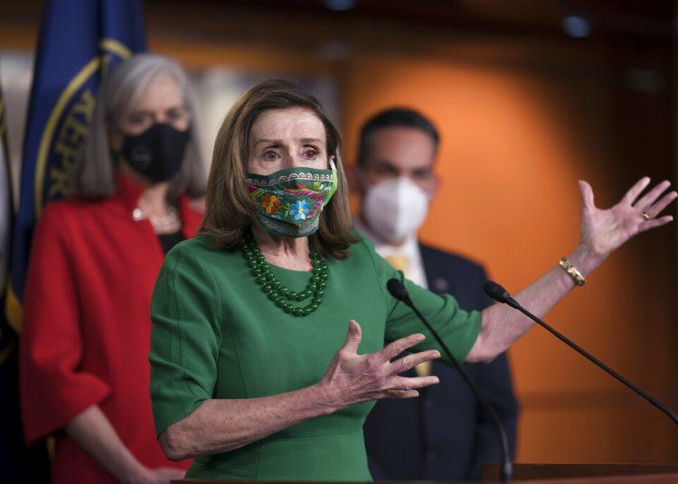 La presidenta de la Cámara de Representantes, Nancy Pelosi, habla con reporteros antes de la aprobación de un paquete de ayudas contra el coronavirus en el Capitolio el 26 de febrero de 2021.Foto: J. Scott Applewhite/AP.