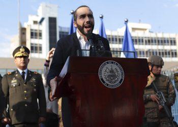 En esta imagen del 9 de febrero de 2020, el presidente de El Salvador Nayib Bukele, acompañado de miembros de las fuerzas armadas, habla con sus simpatizantes a las afueras del Congreso en San Salvador. (AP Foto/Salvador Melendez, Archivo)