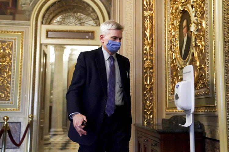 El senador republicano Bill Cassidy camina en el Capitolio después de que el Senado absolviera al expresidente Donald Trump en su segundo juicio político el sábado 13 de febrero de 2021. Foto: Greg Nash/Pool vía AP.