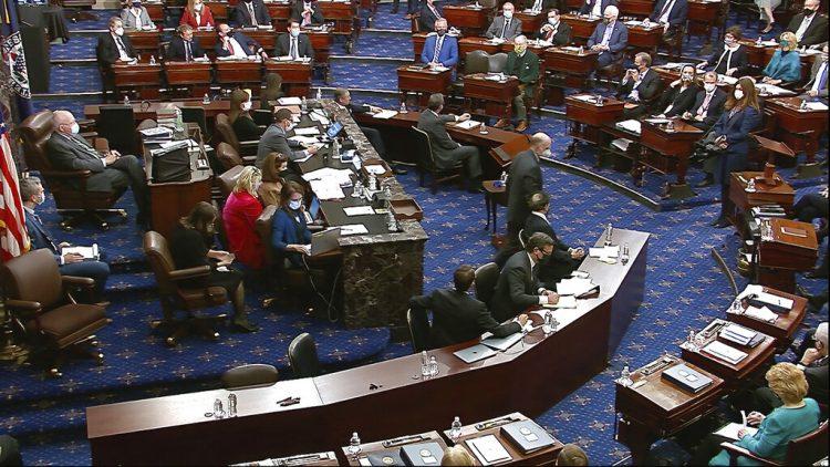 Imagen de video de archivo del Senado de EE.UU. votando sobre una moción para llamar testigos durante el segundo juicio político al expresidente Donald Trump, el sábado 13 de febrero de 2021, en el Senado de Estados Unidos, en Washington. Foto: Televisión del Senado de EEUU vía AP / Archivo.
