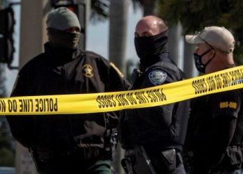 Tres miembros del equipo SWAT frente la residencia allanada en los alrededor de Ft. Lauderdale. | Foto: Cristóbal Herrera / EFE