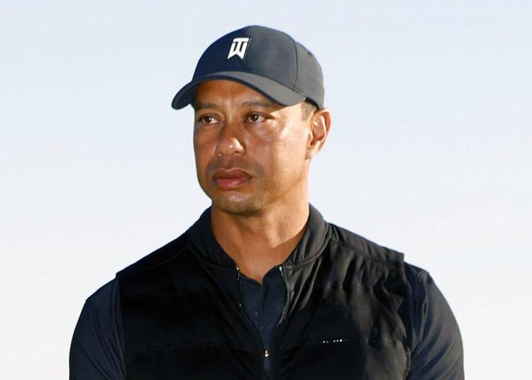 Tiger Woods durante la ceremonia de premiación del torneo Genesis Invitational en el Riviera Country Club, el domingo 21 de febrero de 2021, en la zona de Pacific Palisades de Los Ángeles. Foto: AP /Ryan Kang.