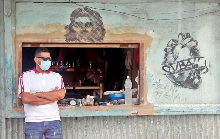 Un vendedor de artículos de plomería espera por clientes hoy, en La Habana (Cuba). Foto: EFE/ Ernesto Mastrascusa.