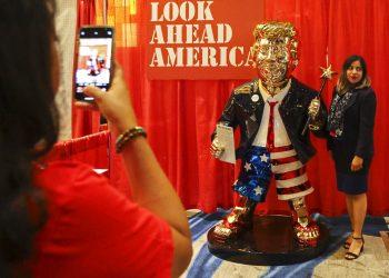Una mujer se toma una foto junto a una estatua dorada de Donald Trump en la Conferencia Conservadora de Acción Política el 26 de febrero de 2021 en Orlando, Florida. Foto: Sam Thomas/AP.