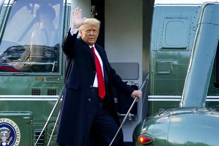 Donald Trump al momento de abandonar la Casa Blanca el 20 de enero del 2021. Foto: Alex Brandon/AP.