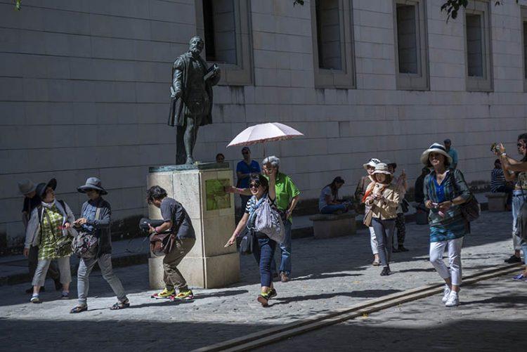 Turistas japoneses en La Habana Vieja. Foto: Havana Gardens.