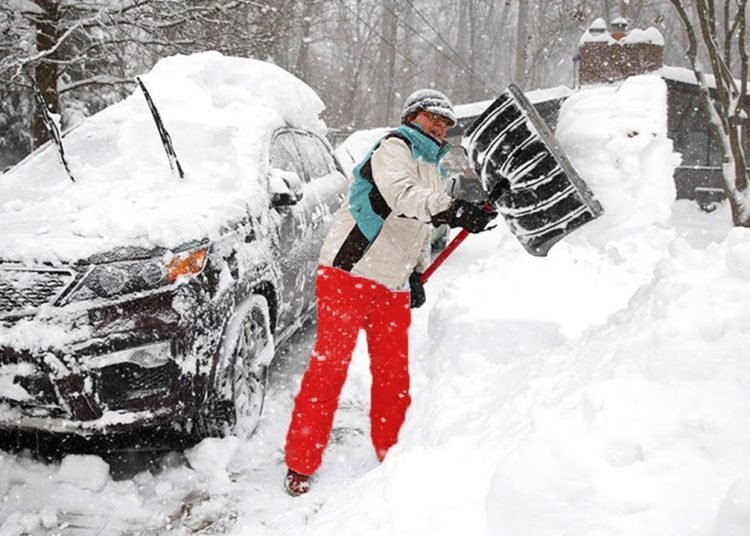 Un residente de Oklahoma paleando nieve. Foto: Reuters.