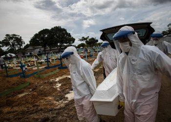 Trabajadores entierran a una persona fallecida por covid-19, en el cementerio público Nossa Senhora Aparecida en Manaos, Amazonas (Brasil). Foto: Raphael Alves / EFE / Archivo.