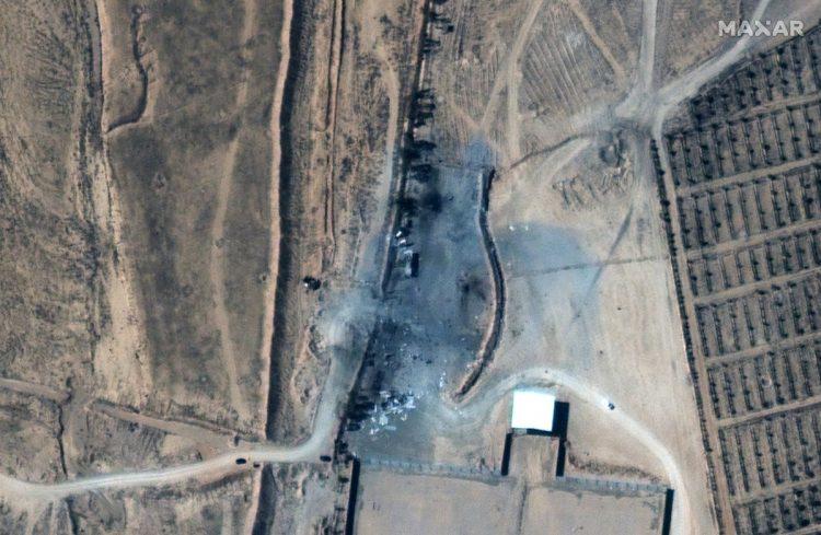 Una imagen satelital distribuida por MAXAR Technologies muestra un primer plano de los edificios destruidos en el cruce fronterizo entre Irak y Siria después de los ataques aéreos estadounidenses, el 26 de febrero de 2021. Foto: MAXAR Technologies / EFE.