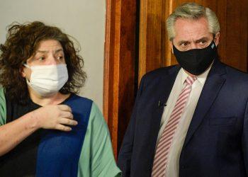 Fotografía de archivo de Carla Bizzotti (i), nueva ministra de Salud de la Argentina, junto al Presidente Alberto Fernández (d), durante una rueda de prensa en Buenos Aires. Foto: Juan Mabromata / POOL / EFE / Archivo.