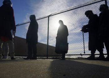 Personas hacen fila en un centro de vacunación en Queens, Nueva York. Foto: Seth Wenig/Ap.