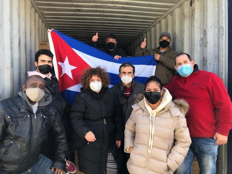 """Integrantes de la Asociación """"Juan Gualberto Gómez"""" de Cubanos Residentes en Toronto. Foto: www.nacionyemigracion.cu"""
