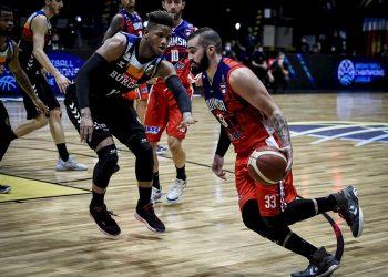 Fabián Ramírez Barrios (d) del Quimsa en acción ante el jugador Jasiel Rivero del Hereda San Pablo de Burgos, durante un partido por la Copa Intercontinental FIBA 2021 que se disputa hoy, en Buenos Aires (Argentina). EFE/ FIBA