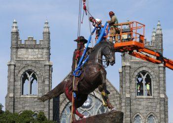 En esta imagen de archivo, tomada el 7 de julio de 2020, operarios colocan cintas alrededor de la estatua del general confederado J.E.B. Stuart, en Monument Avenue, Richmond, Virginia. Foto/Ap/Steve Helber/Archivo.