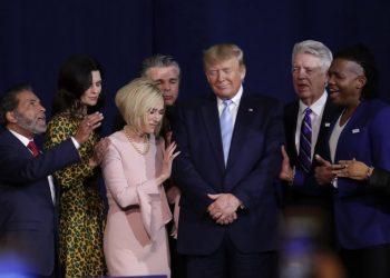 Pastores evangélicos reciben a Donald Trump en la iglesia Rey Jesús en Miami, el 3 de enero. | Foto: Lynn Sladsky / AP