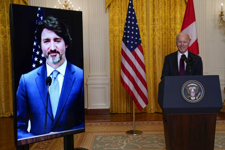 El presidente Joe Biden habla luego de sostener una reunión virtual con su homólogo canadiense Justin Trudeau, el martes 23 de febrero de 2021, en la Casa Blanca, en Washington. Foto: Evan Vucci/Ap.